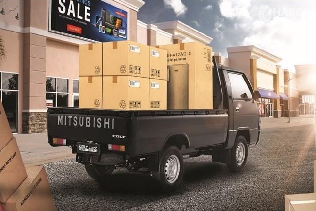 Foto menunjukkan Mitsubishi L300 sedang mengangkut barang bawaan