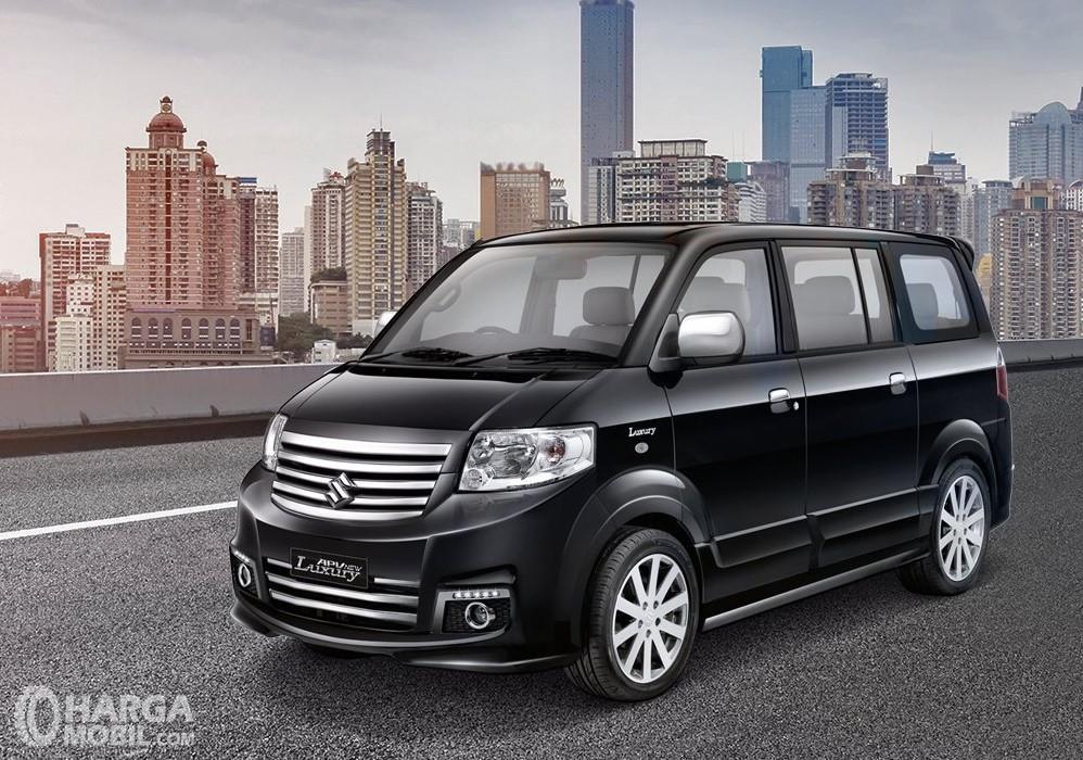 Foto menunjukkan Suzuki APV New Luxury warna hitam tampak dari samping depan