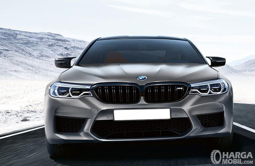 Gambar ini menunjukkan mobil BMW M5 tampak bagian depan