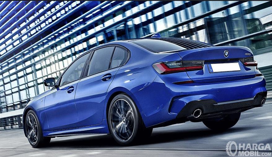 Gambar ini menunjukkan mobil BMW 3 Series warna biru tampak belakang
