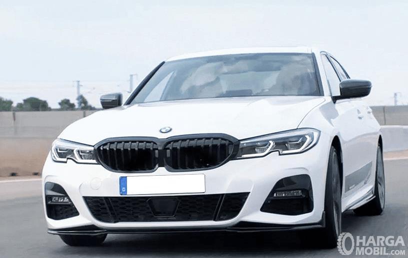 Gambar ini menunjukkan mobil BMW 3 SERIES 2019 warna putih tampak bagian depan