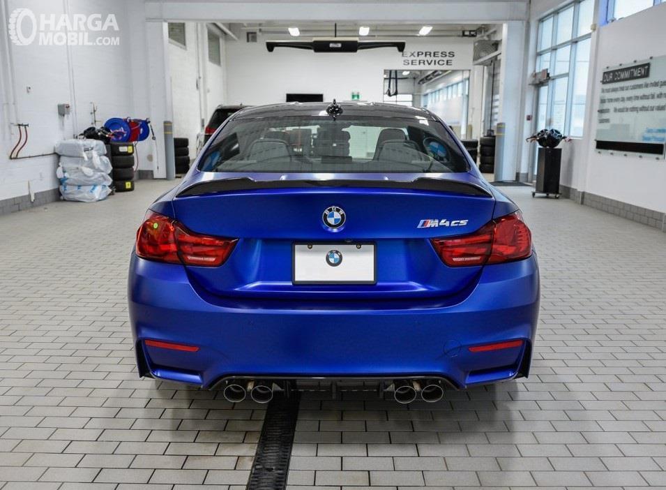 Foto New BMW M4 CS RWD Coupe 2019 dari arah belakang