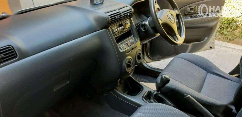 Foto menunjukkan Dashboard dan setir Daihatsu Xenia 2004