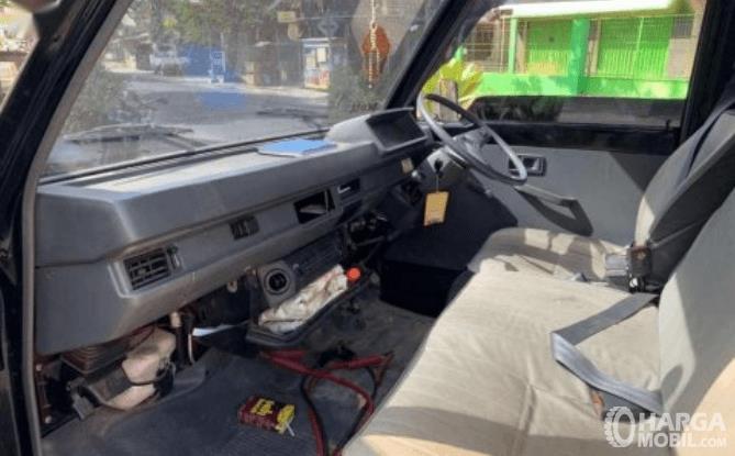 Gambar ini menunjukkan interior Mitsubishi Colt L300 2017