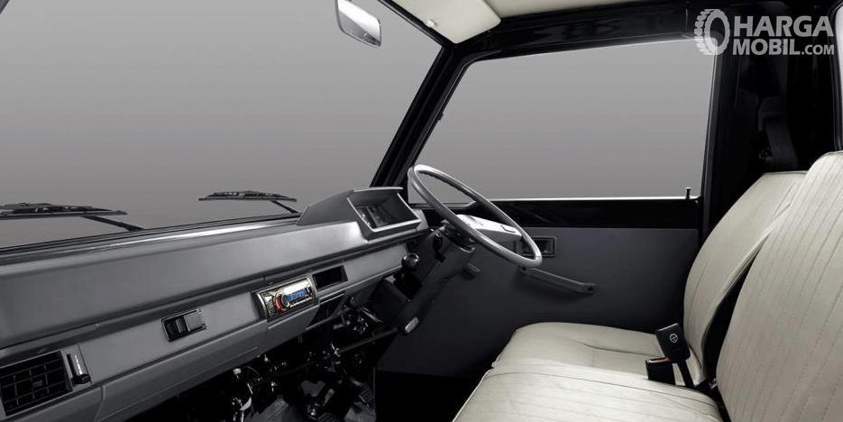 Gambar ini menunjukkan bagian dashboard, kemudi dan kursi mobil Mitsubishi Colt L300 2017