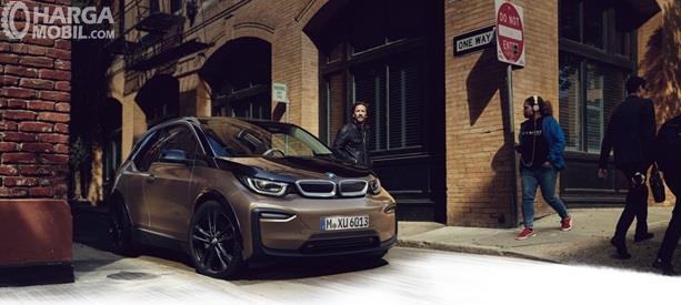 BMW i3 hadir sebagai mobil Hatchback canggih yang masuk dalam kategori Electric Vehicle