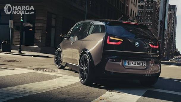 Performa Mesin BMW i3 sudah 100 persen menggunakan listrik, yang mampu menempuh 280 Km dalam kondisi baterai penuh