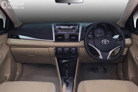 Foto kabin depan Toyota Vios E CVT 2019, menggunakan kombinasi warna dual tone