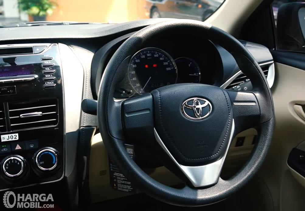 Foto menunjukkan Dashboard dan setir Toyota Vios 1.5 E CVT 2019