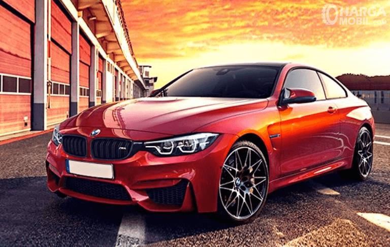 Gambar ini menunjukkan mobil BMW M4 tampak depan