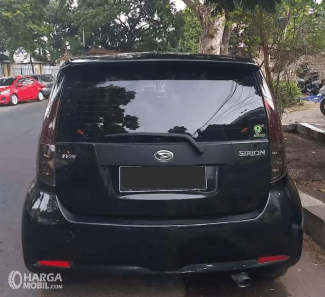 GAmbar ini menunjukkan bagian belakang mobil Daihatsu Sirion 2007 hitam