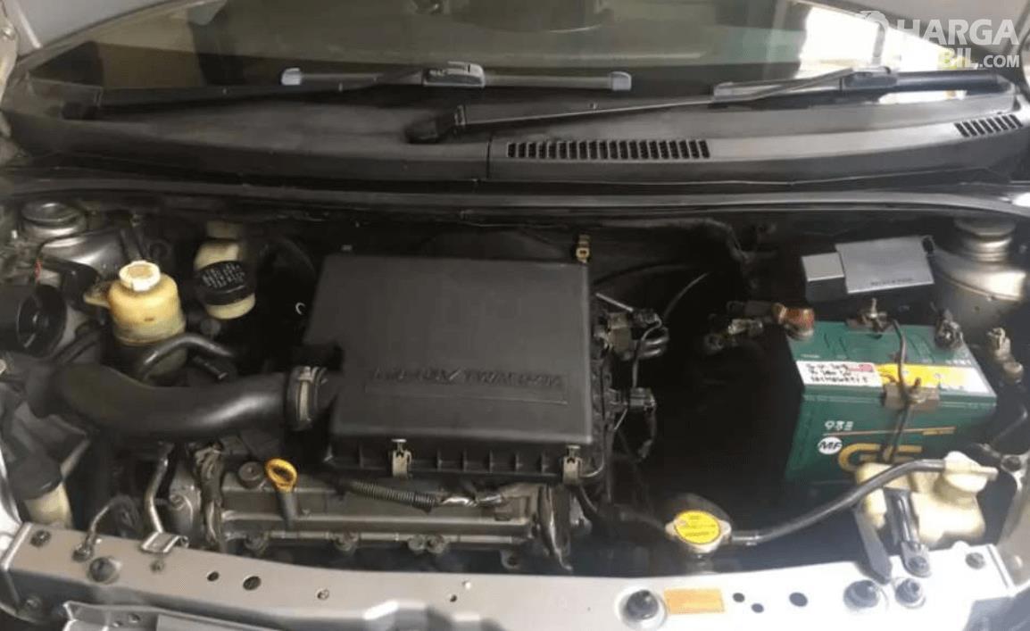 Gambar ini menunjukkan mesin mobil pada Daihatsu Sirion 2007