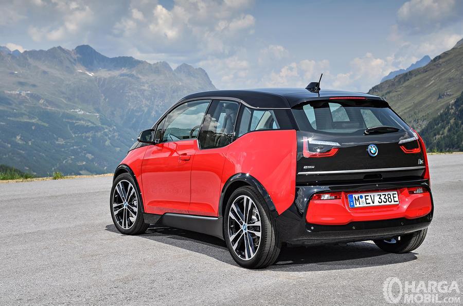 Foto menunjukkan bagian belakang BMW i3s 2019