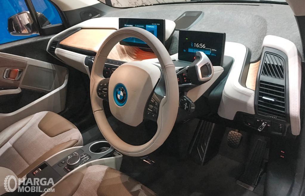 Foto menunjukkan Dashboard BMW i3s 2019