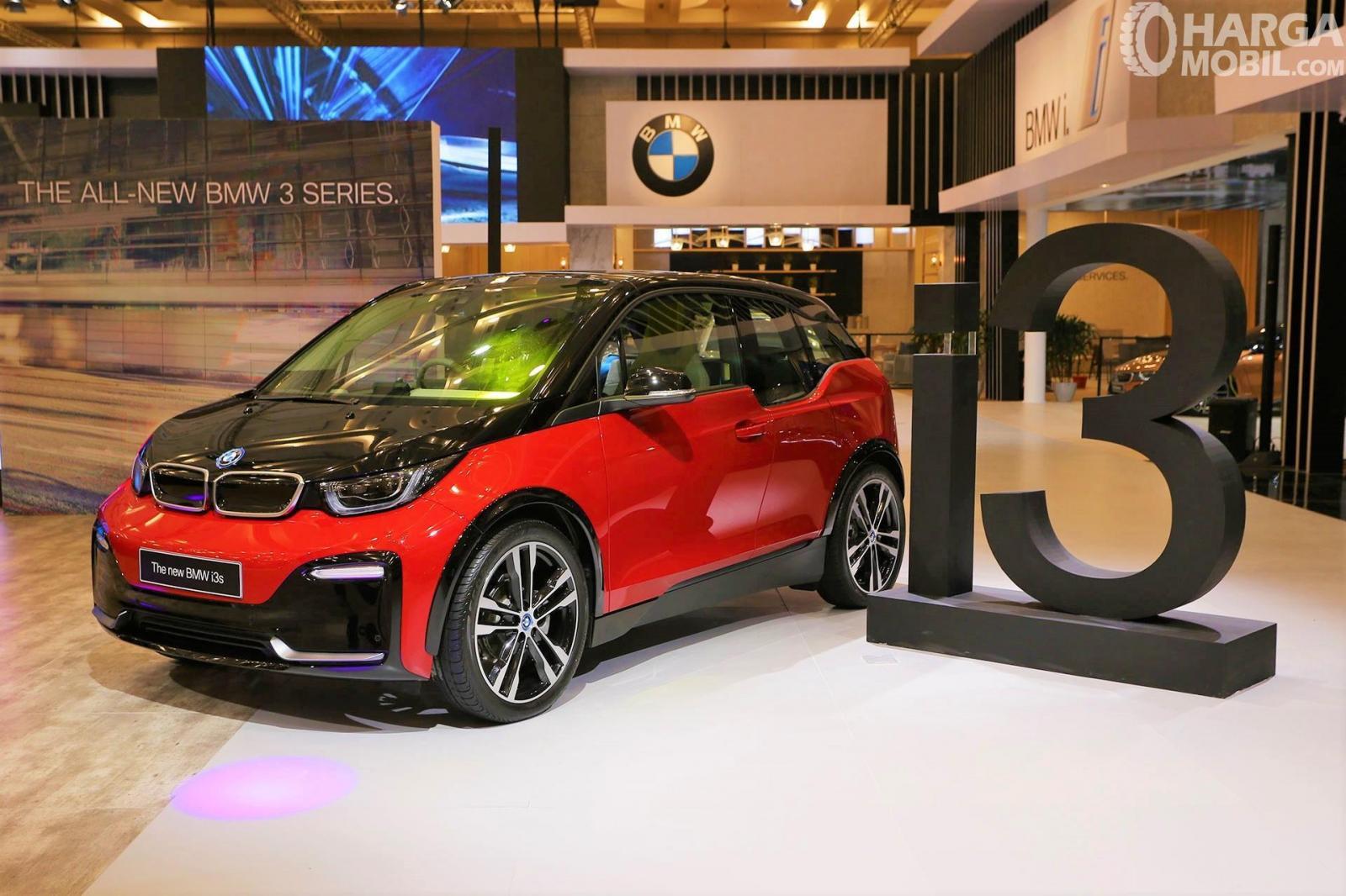 Foto BMW i3s 2019 tampak dari samping depan saat diluncurkan di GIIAS 2019