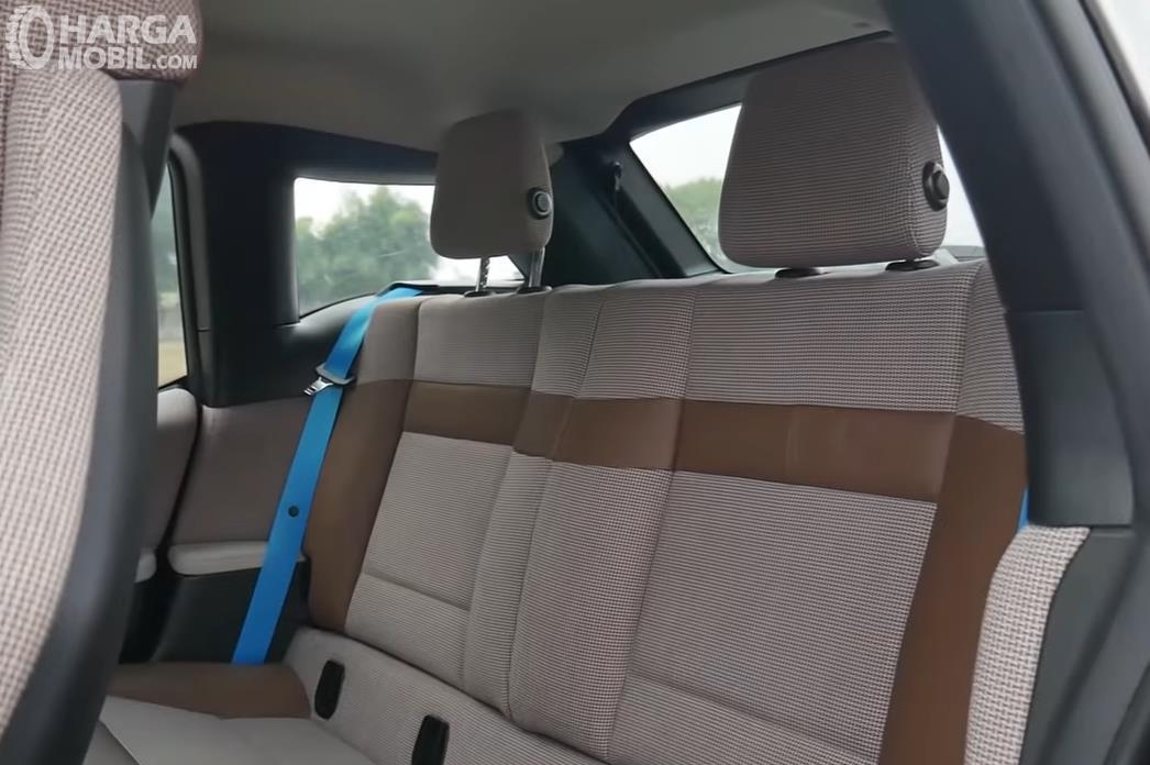 Foto Kursi belakang BMW i3s 2019 dengan sabuk pengaman