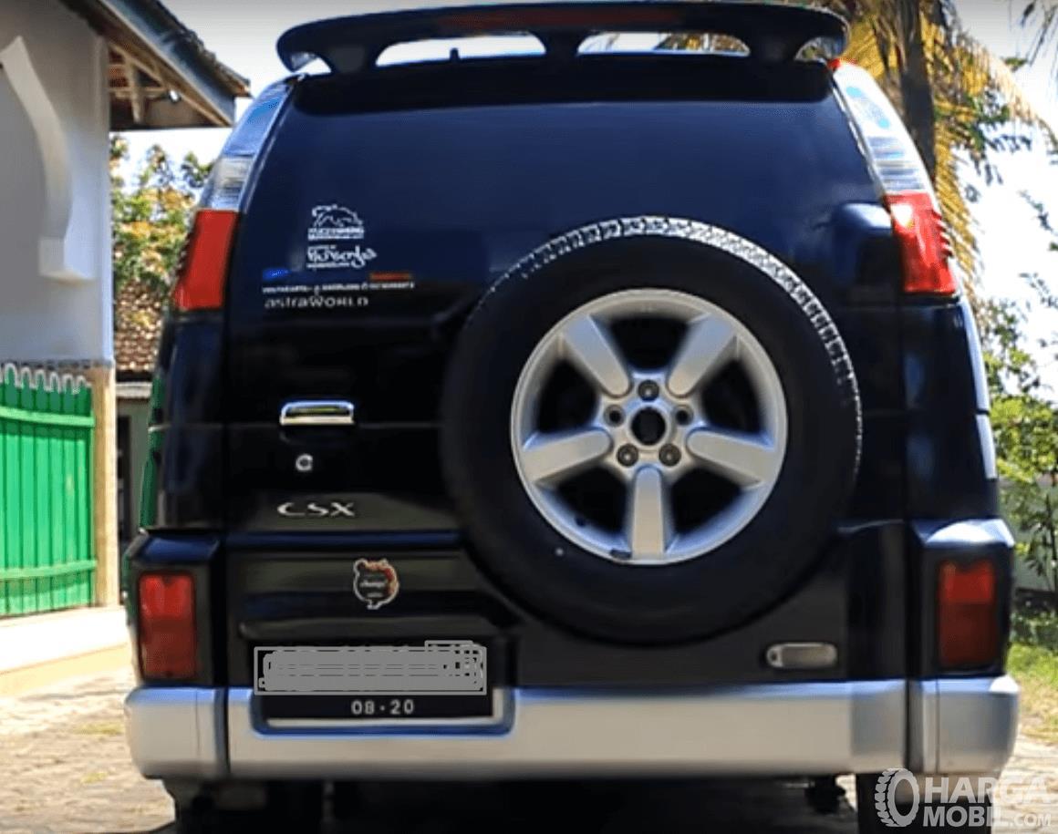 Gambar ini menunjukkan bagian belakang mobil Daihatsu Taruna 2005