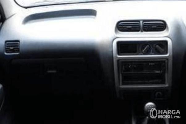 Gambar ini menunjukkan dashboard dan head unit Daihatsu Taruna 2005