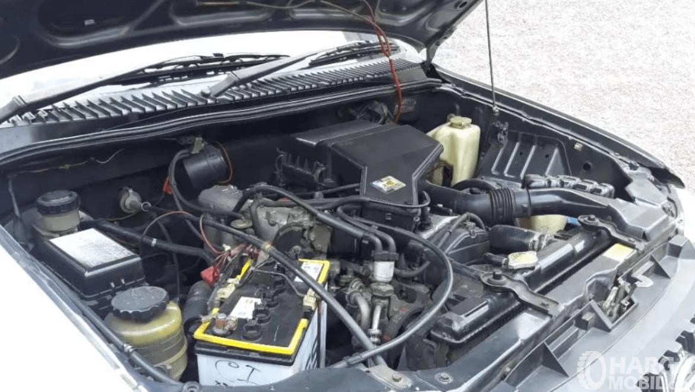 Gambar ini menunjukkan mesin mobil Daihatsu Taruna 2005