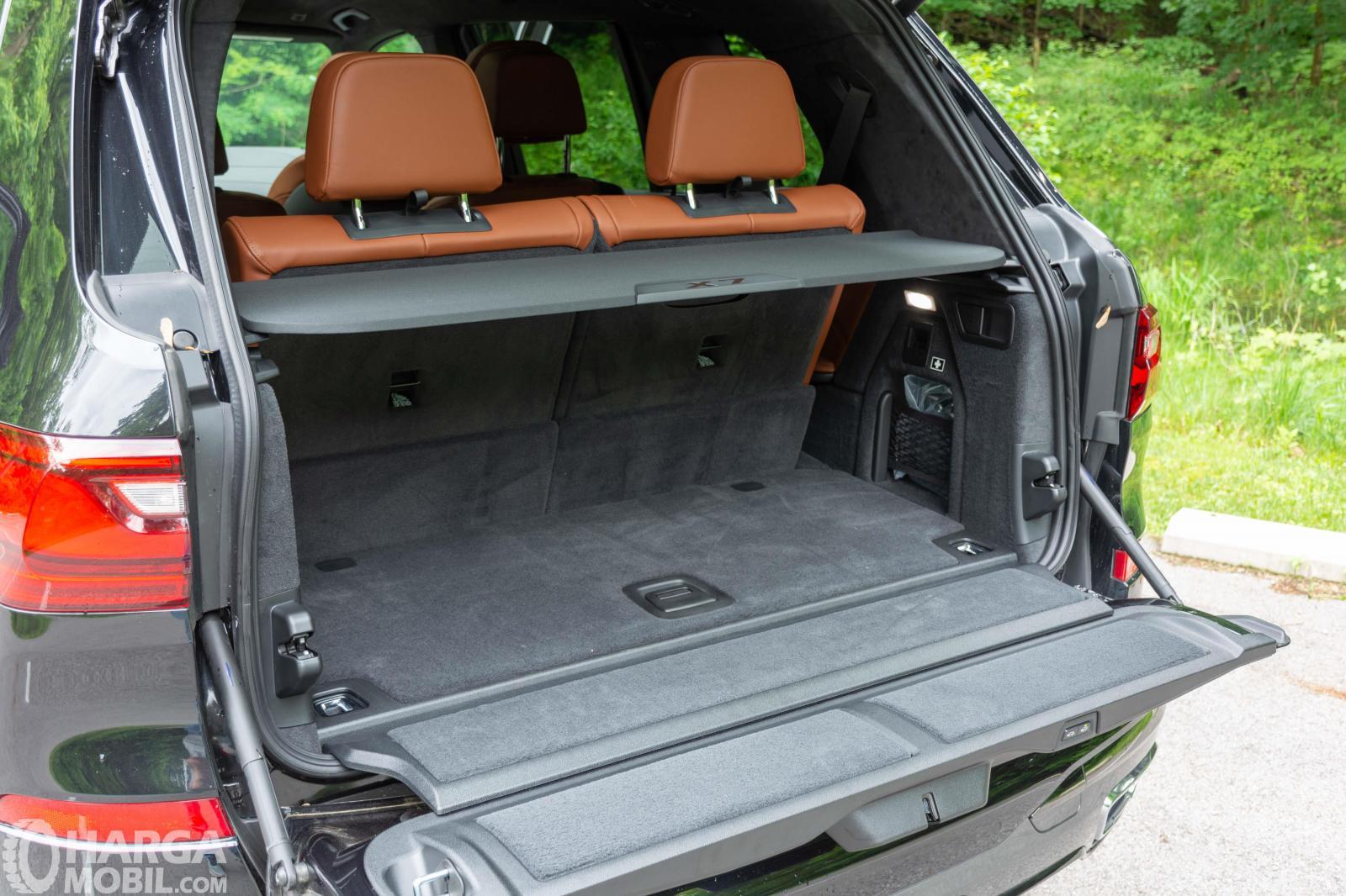 Foto menunjukkan Bagasi BMW X7 2019 dalam kondisi kursi baris ketiga tegak