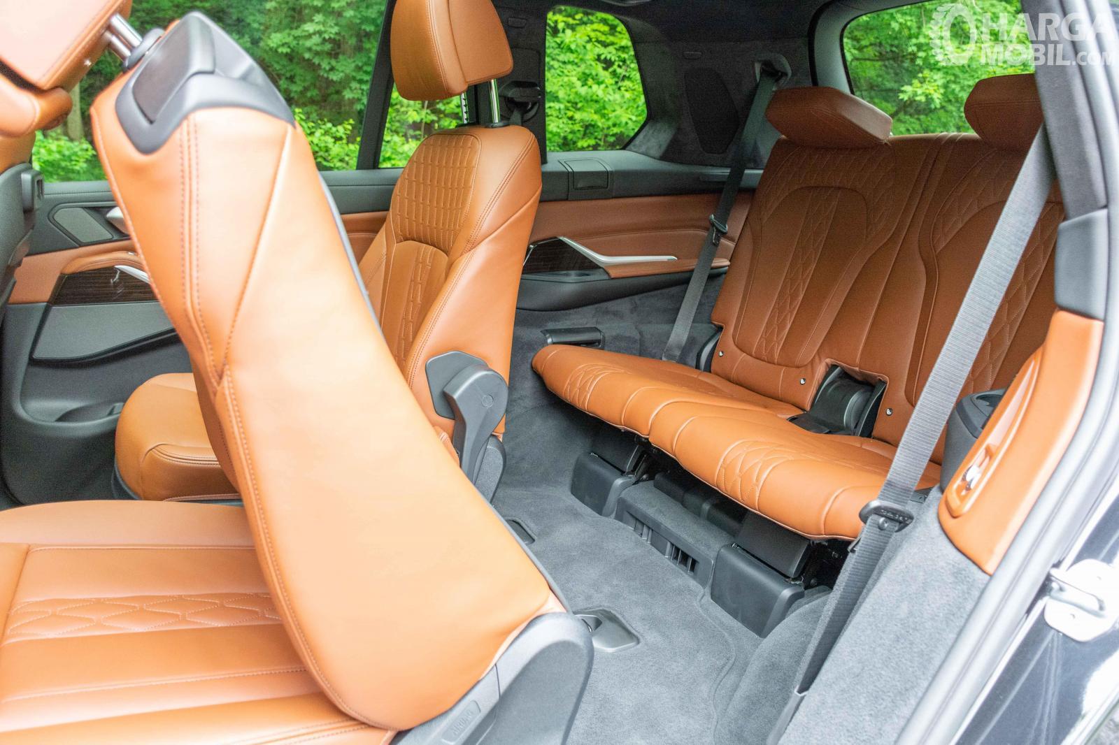 Foto menunjukkan Kursi baris belakang BMW X7 2019
