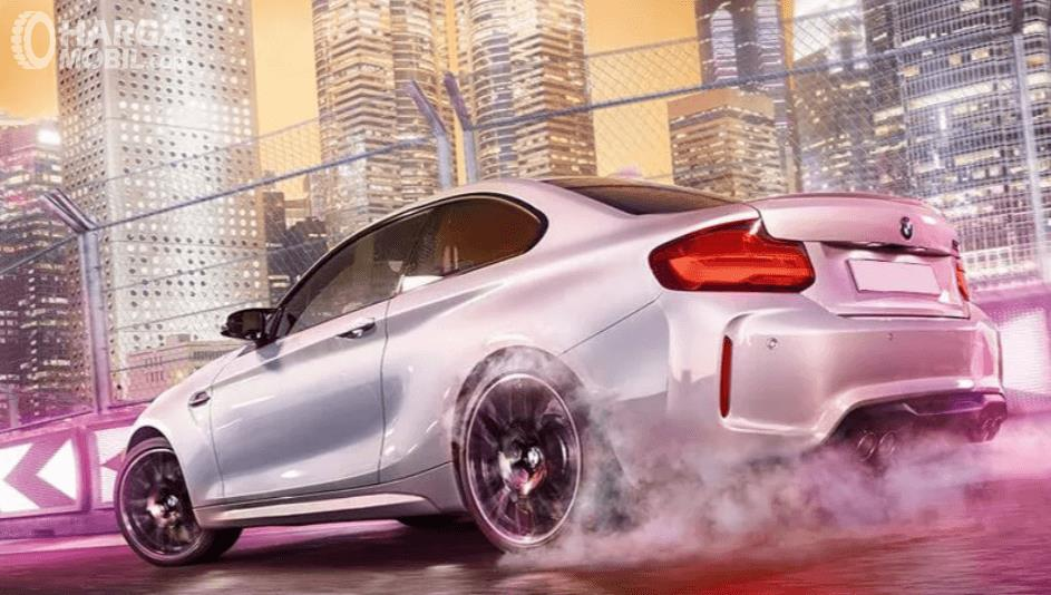 Gambar ini menunjukkan BMW M2 Competition tampak belakang