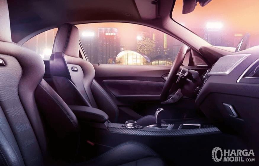 Gambar ini menunjukkan interior depan BMW M2 Competition