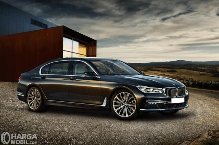Gambar ini menunjukkan mobil BMW 7 Series tampak bagian samping kanan