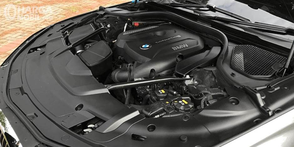 Gambar ini menunjukkan mesin mobil BMW 730Li