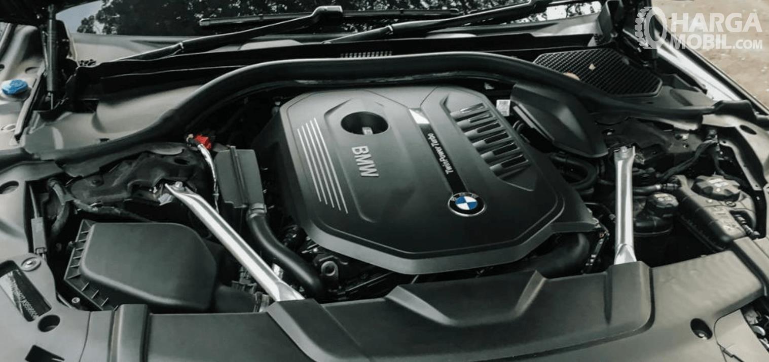 Gambar ini menunjukkan mesin mobil BMW 740Li