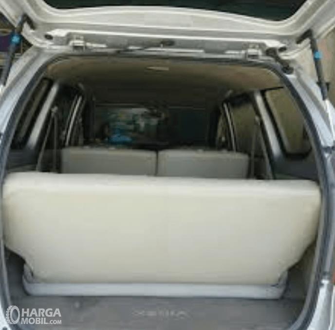 Gambar ini menunjukkan bagasi mobil Daihatsu Xenia 2011