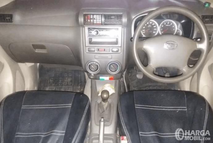 Gambar ini menunjukkan dashboard dan kemudi mobil Daihatsu Xenia 2011