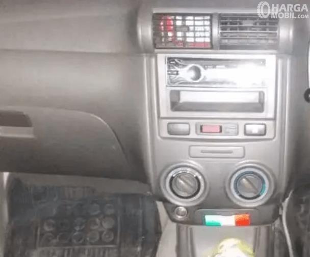 Gambar ini menunjukkan fitur audio pada head unit Daihatsu Xenia 2011