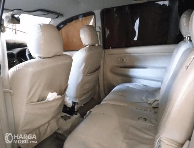 Gambar ini menunjukkan jok mobil Daihatsu Xenia 2011 baris kedua