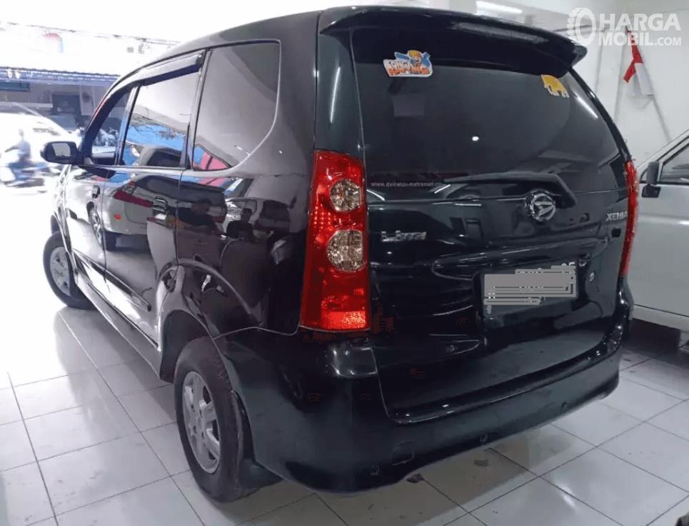 Gambar ini menunjukkan bagian belakang mobil Daihatsu Xenia 2011 hitam