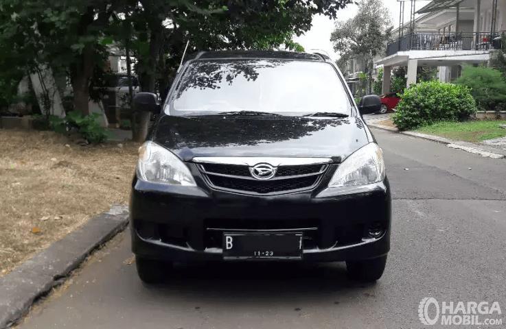 Gambar ini menunjukkan bagian depan mobil Daihatsu Xenia 2011