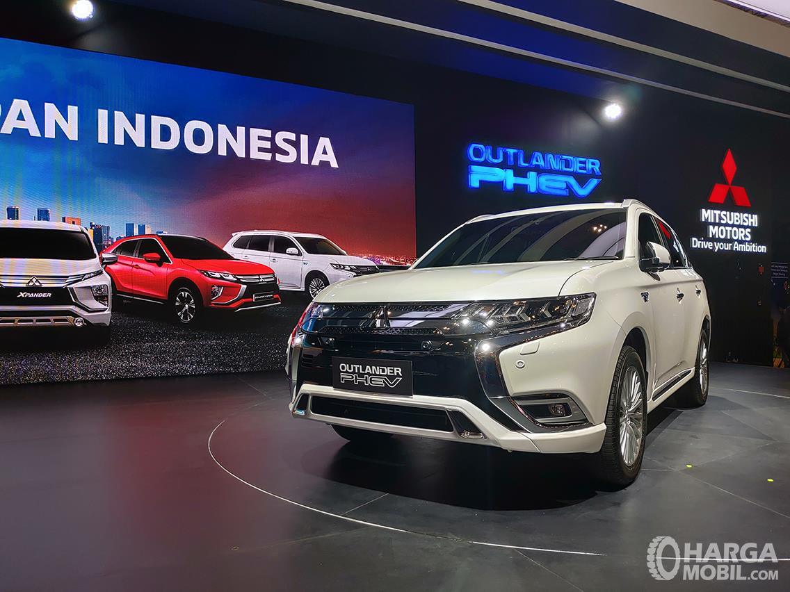 Foto Mitsubishi Oultander PHEV saat diluncurkan di pameran GIIAS 2019