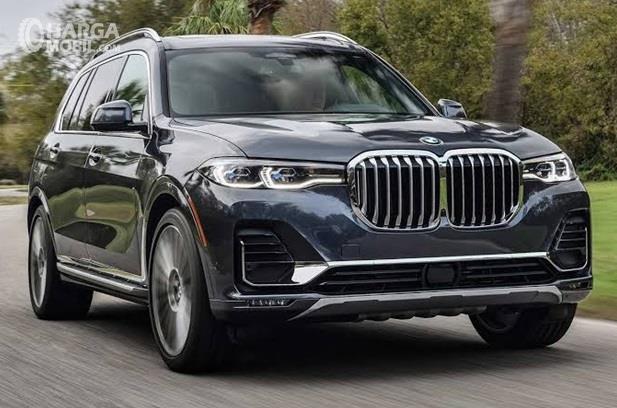 BMW X7 adalah mobil SUV yang punya ukuran sangat besar, ditunjang dengan kenyamanan serta performa mesin mumpuni