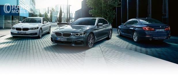 Pilihan warna BMW 5 Series meliputi Black Sapphire, Alpine White, Sophisto Grey Brilliant Effect, Carbon Black, Mediterranean Blue dan Blue Stone