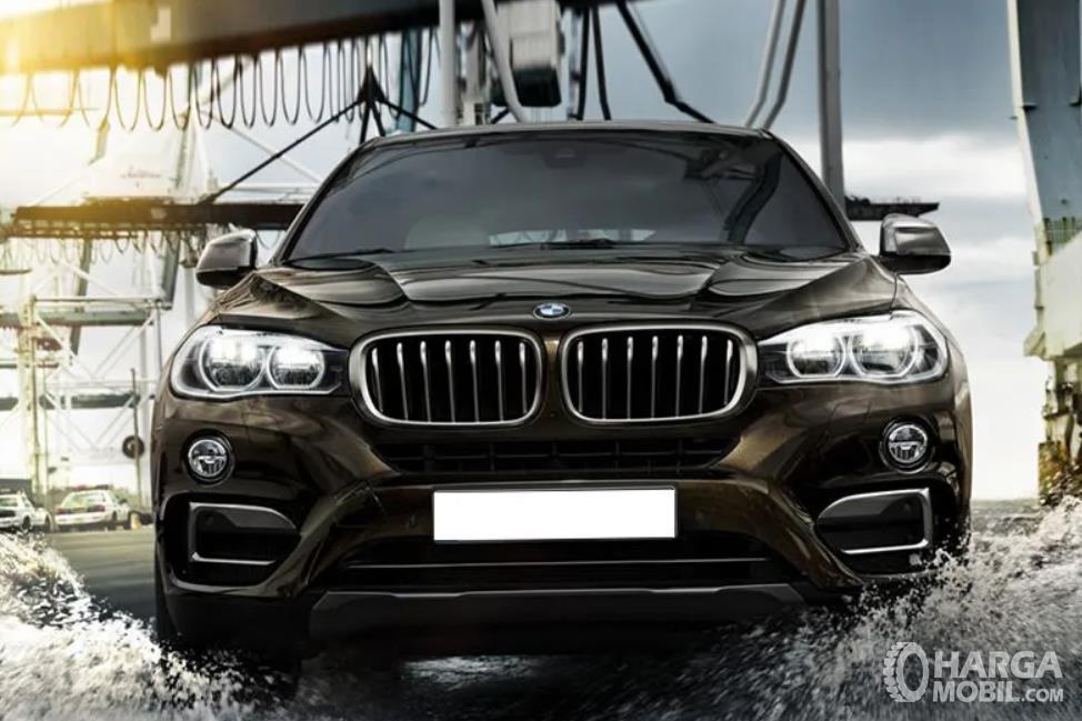 Gambar ini menunjukkan mobil BMW X6 tampak bagian depan