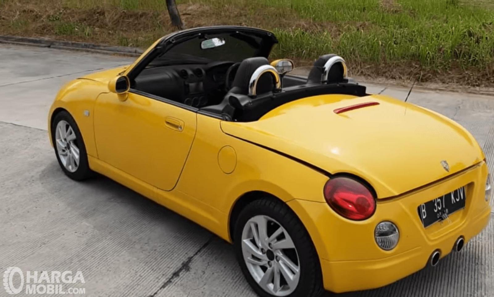 Gambar ini menunjukkan mobil Daihatsu Copen 2003 : tampak belakang dan sam[ping kiri