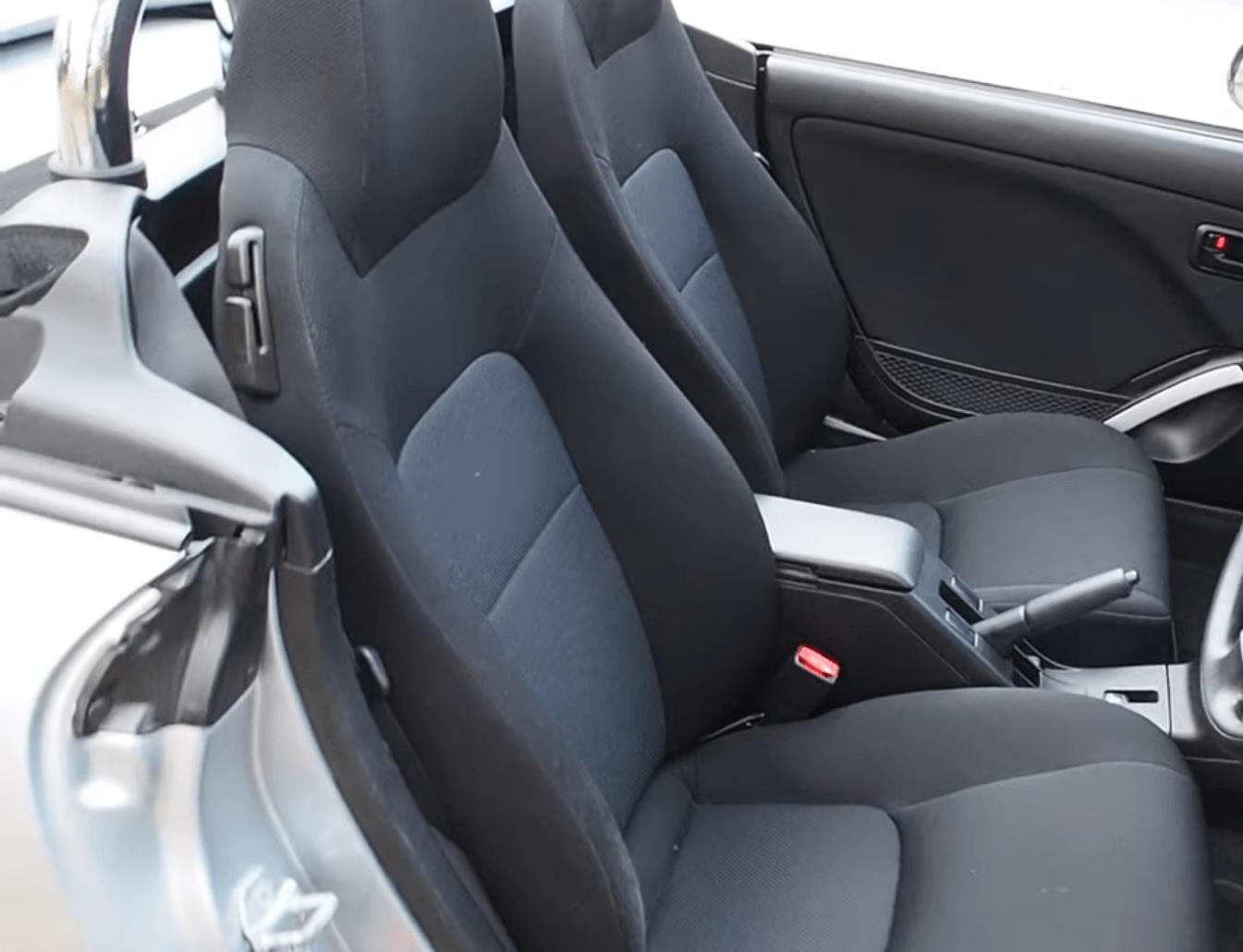 Gambar ini menunjukkan jok pada mobil Daihatsu Copen 2003 :