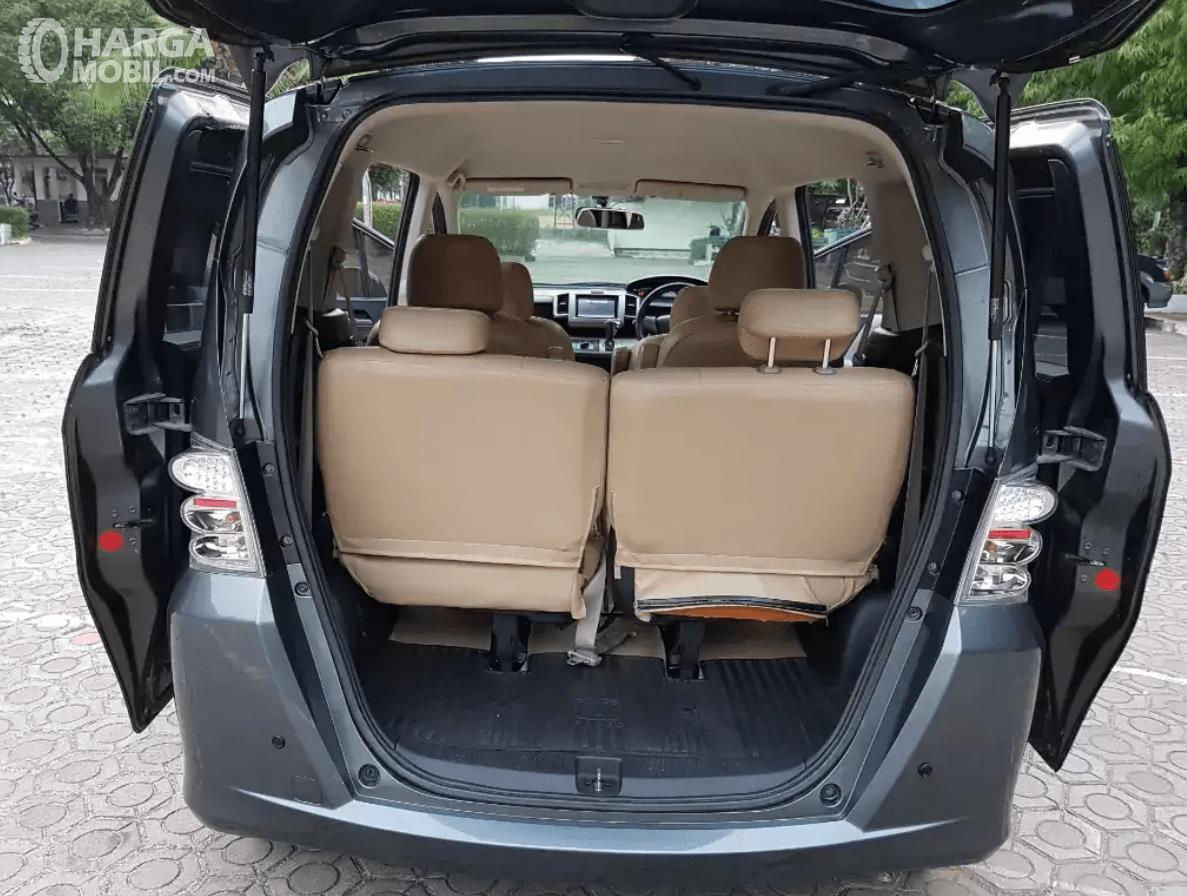 Gambar ini menunjukkan bagasi mobil Honda Freed tahun 2010