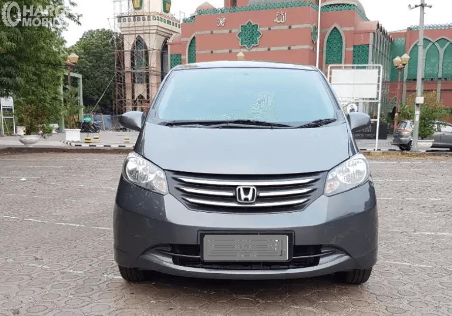 Gambar ini menunjukkan bagian depan mobil Honda Freed 2010