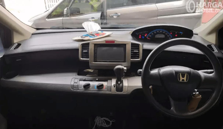 Gambar ini menunjukkan dashboard dan kemudi mobil Honda Freed 2010