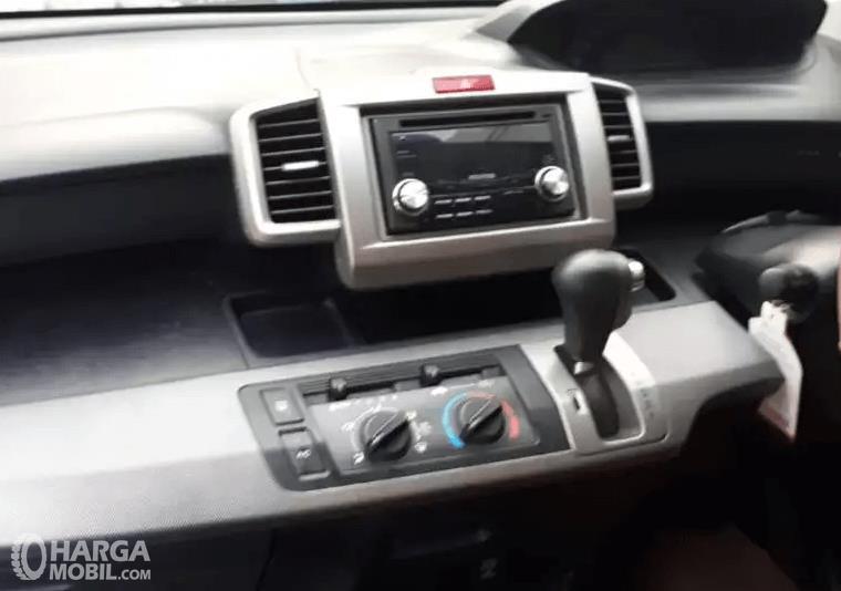 Gambar ini menunjukkan fitur pada dashboard mobil Honda Freed 2010