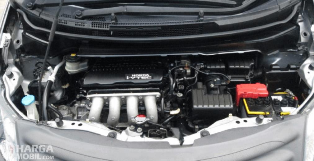 Gambar ini menunjukkan mesin mobil Honda Freed 2010 dengan beberapa komponen di dalamnya