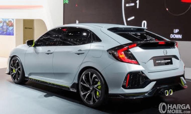 Gambar ini menunjukkan Mobil Honda Civic Hatchback tahun 2017 tampak belakang dan samping kiri