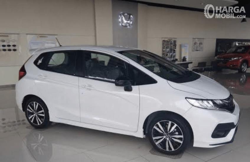 Gambar ini menunjukkan mobil Honda Jazz putih keluaran tahun 2017