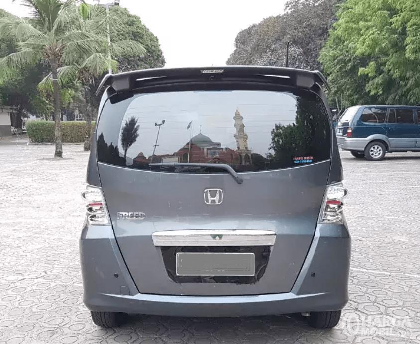 Gambar ini menunjukkan bagian belakang mobil Honda Freed 2010